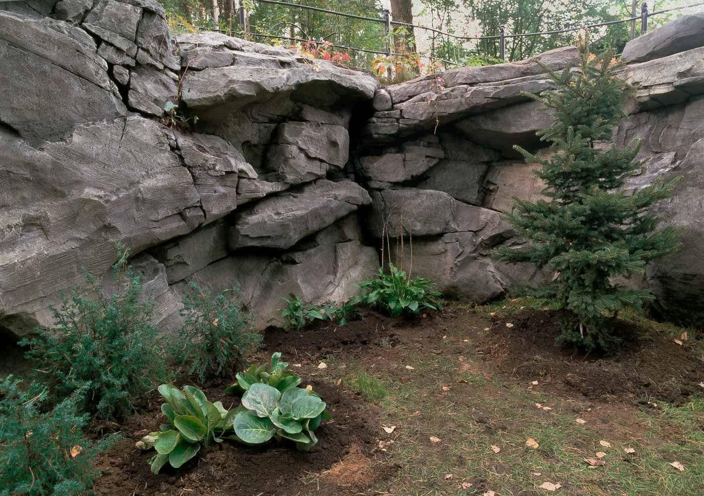 объемные скалы в подпорной стене