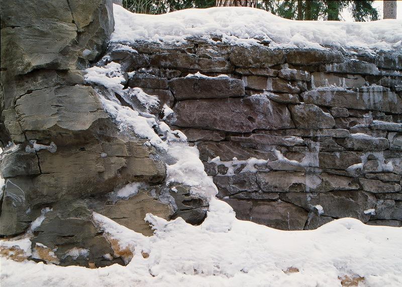 подпорная стена из архитектурного бетона зимой
