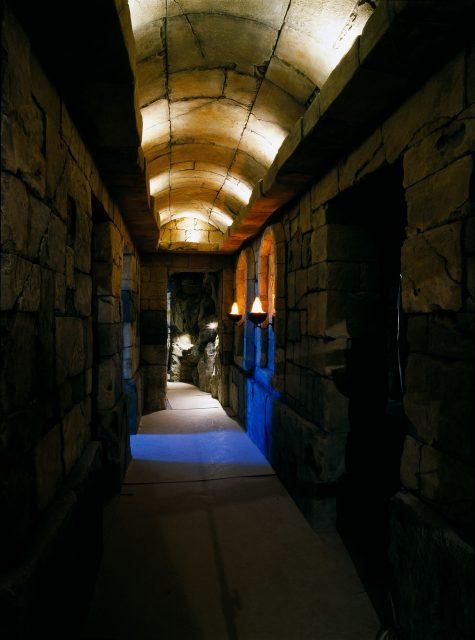 Декоративная отделка коридора камнем
