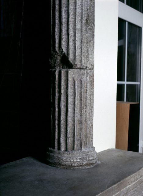 Имитация состаренного камня в колоннах
