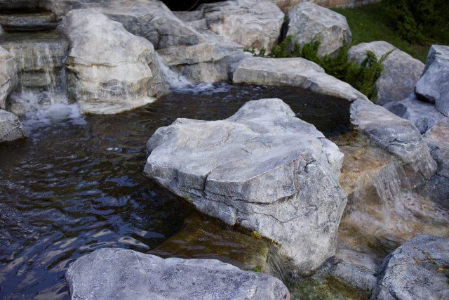 Искусственный камень в водоеме