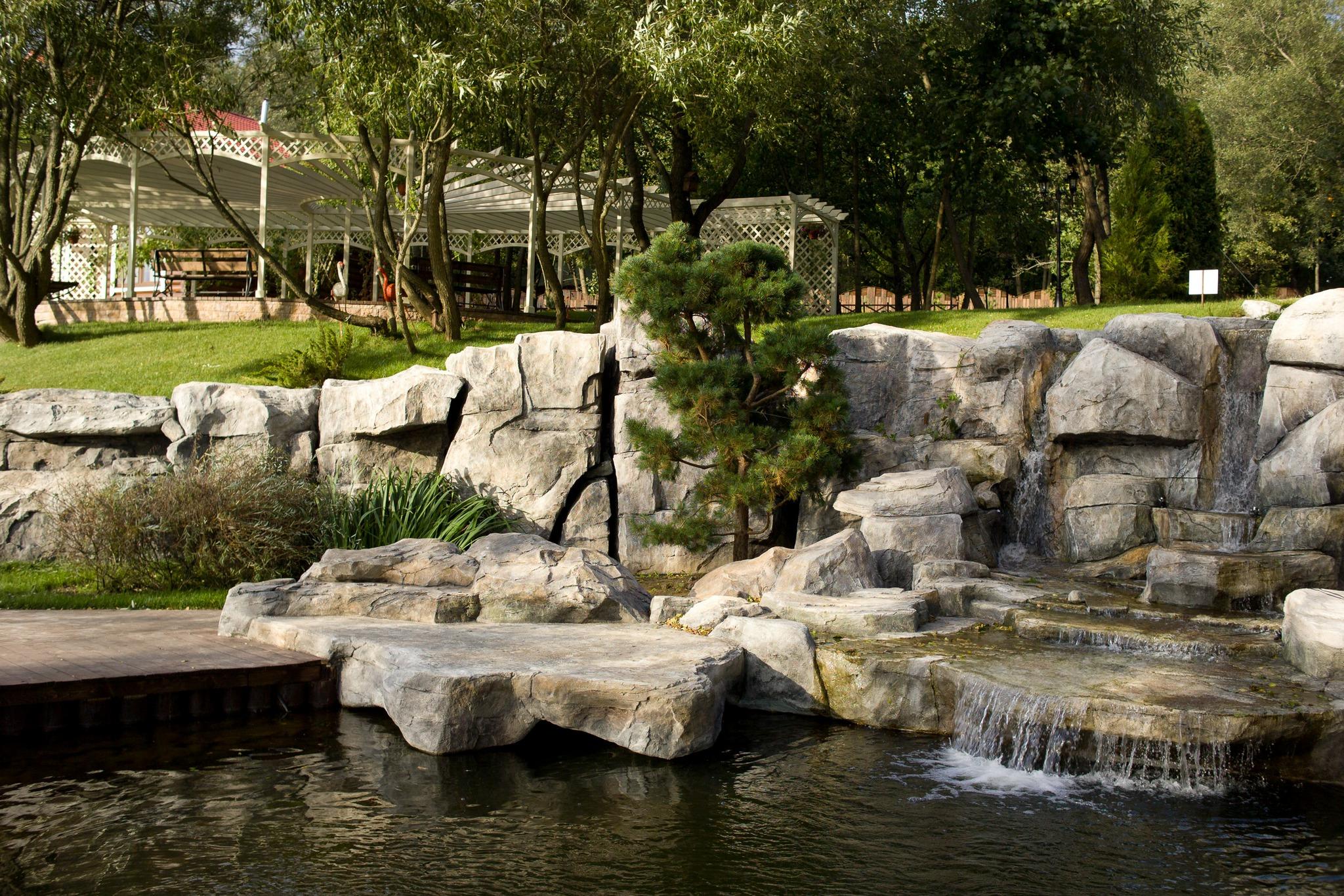 водопад и подпорная стена