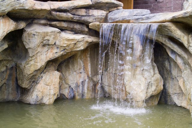 Искусственный водопад во дворе