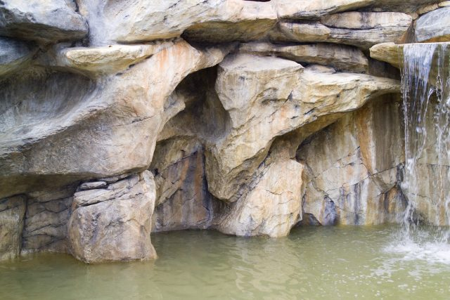 скалы водопада из декоративного бетона