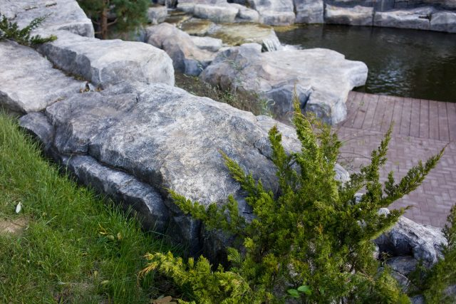 Искусственный пруд с водопадом