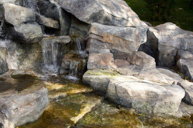 Невысокий водопад с каскадами