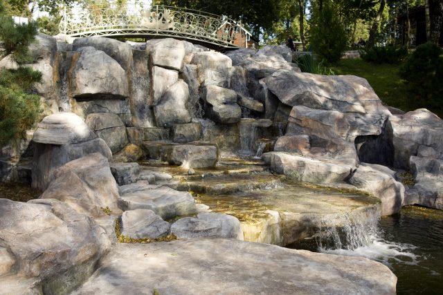 Декоративный водоем с мостом