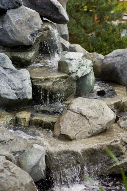 Небольшой каскадный водопад на участке