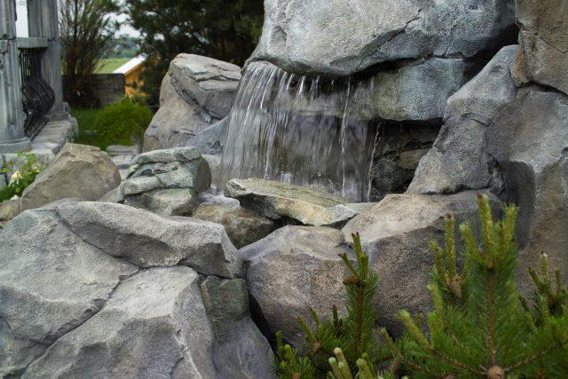 Водопад из искусственных камней