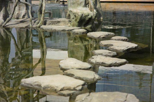 Каменная дорожка из искусственного бетона