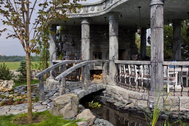 Каменные беседка с мостиком