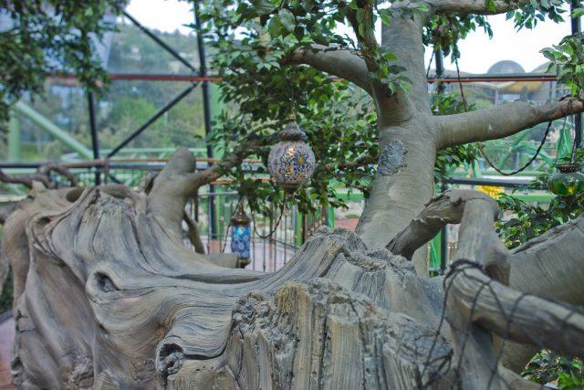 Большие скульптуры деревьев