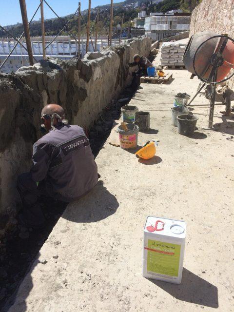 Оформление стены искусственным бетоном