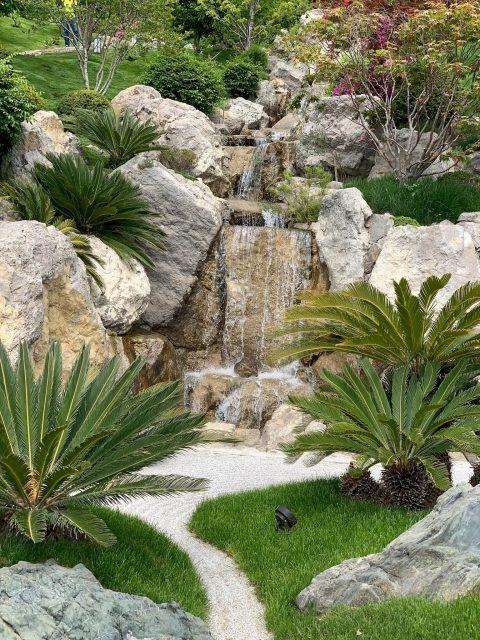 Сад с декоративными водопадами