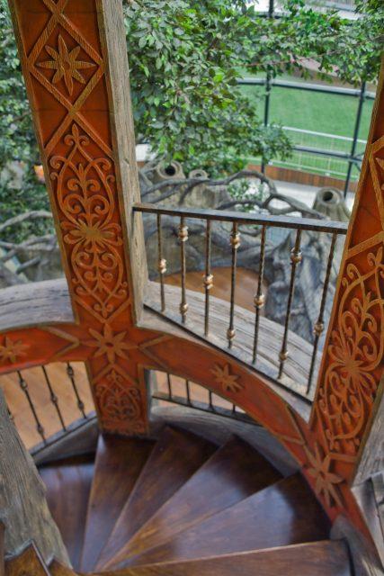 Бетонная лестница с имитацией дерева