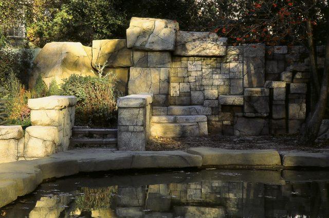 Ограда из массивных камней