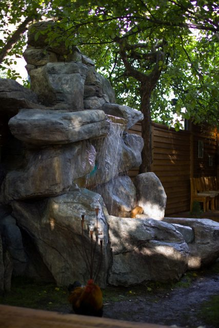 Водопад в дизайне дворика