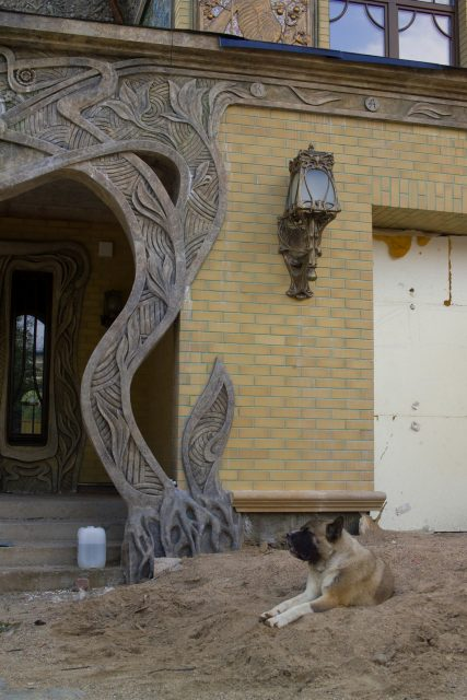 Резной каменный дверной проем