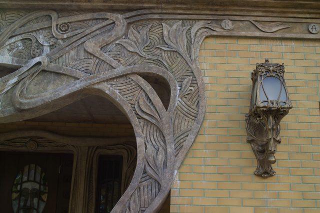 Скульптура на фасаде дома