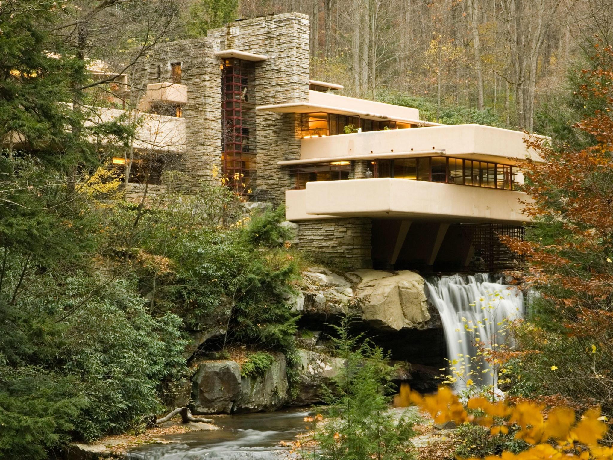Дом над водопадом. Экстерьер