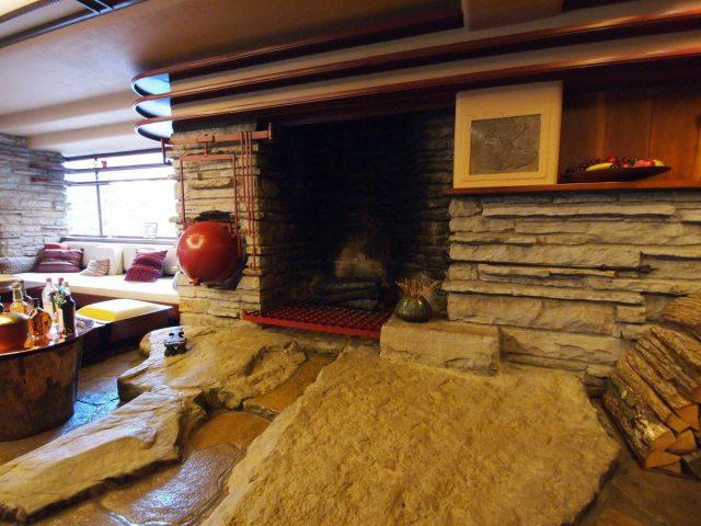 Дом над водопадом. Каменная отделка