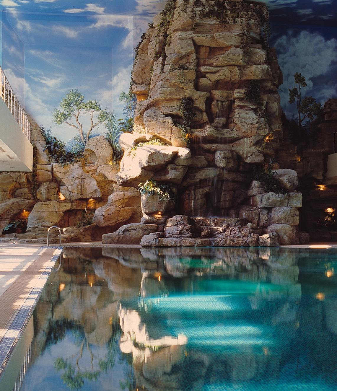 Искусственный водопад в здании бассейна