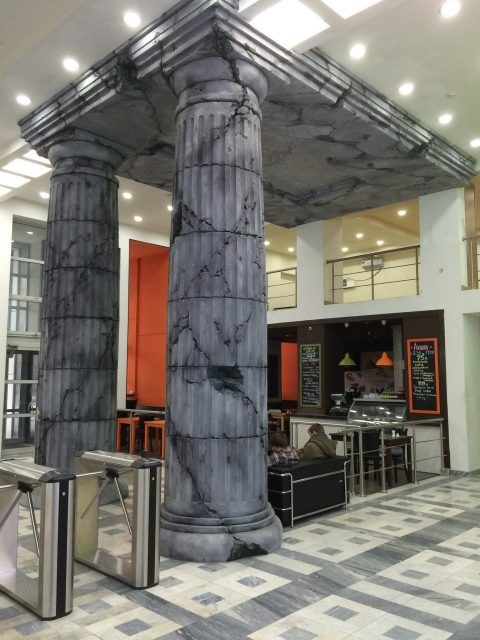 Античные колонны в современном интерьере