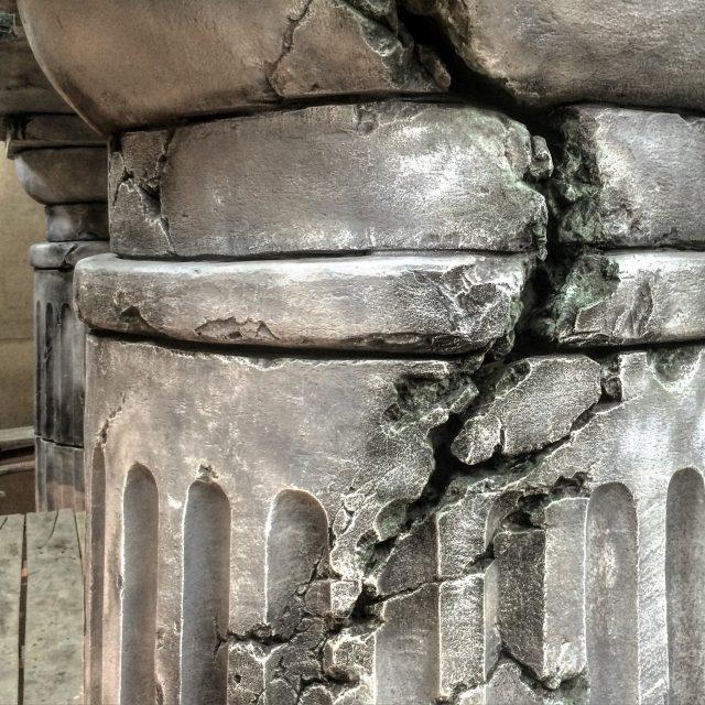 Греческие колонны в интерьере
