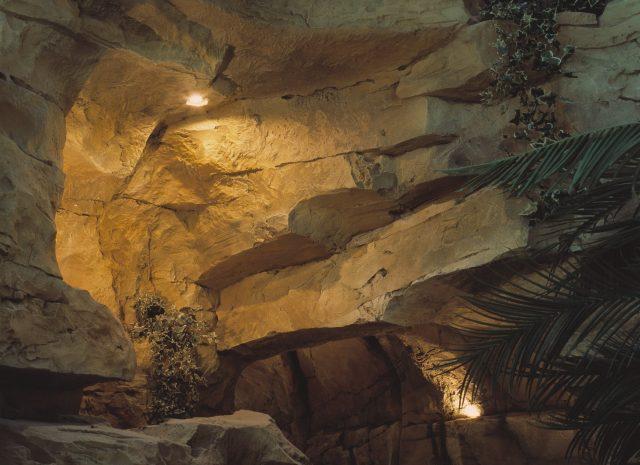 Ниша в искусственной скале