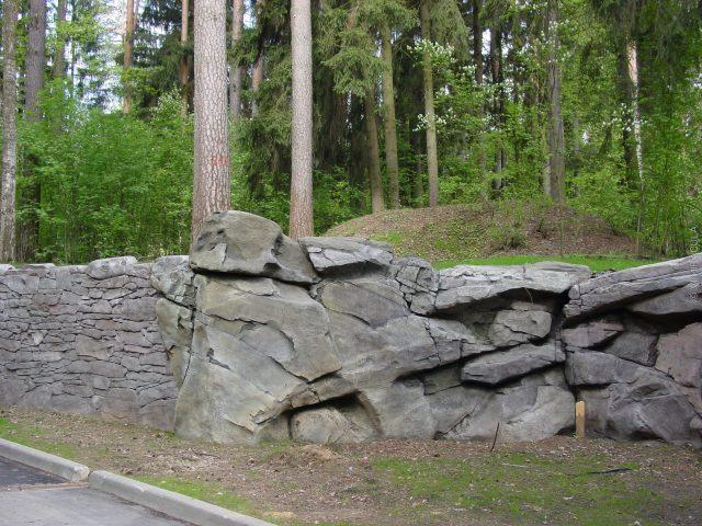 подпорная стена из серого камня