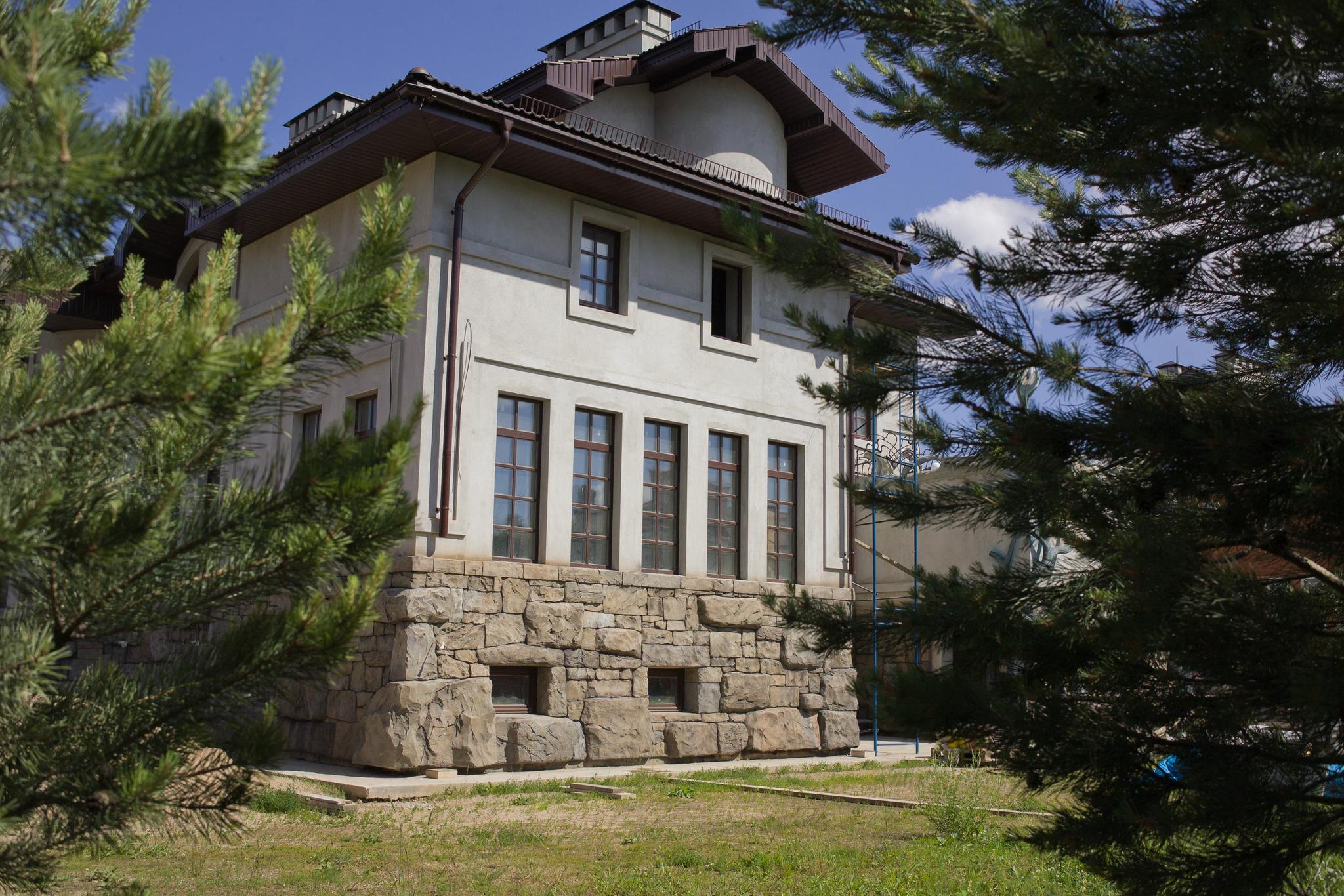 Облицовка дома архитектурным бетоном и штукатуркой