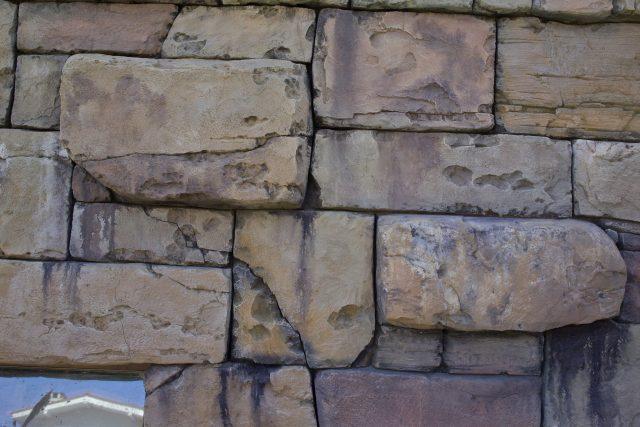 Цоколь из искусственного камня ручной обработки