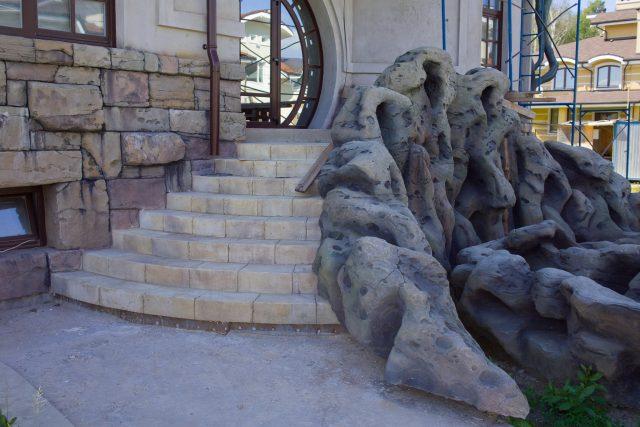Каменная лестница с отделкой