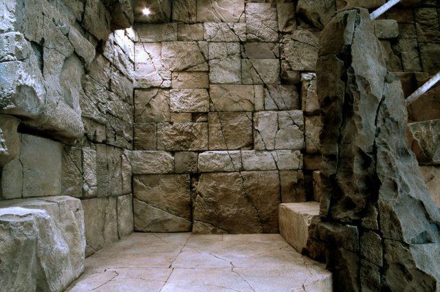 Имитация скалы в интерьере