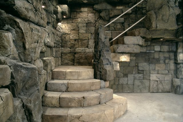 Каменная лестница в интерьере