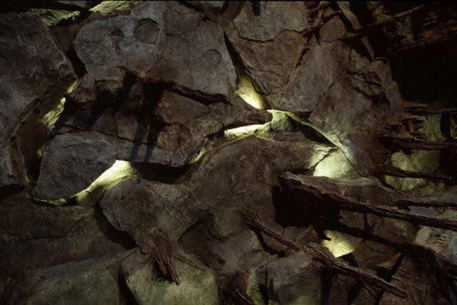 Подсветка в искусственной скале