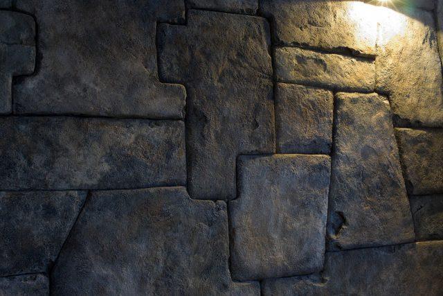 Внутренняя отделка стен искусственным камнем