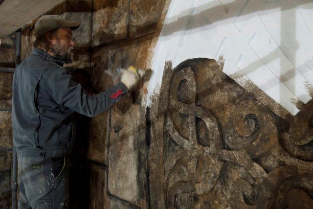 Внутренние работы при отделке стен камнем